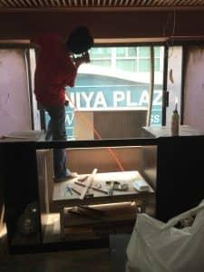 美容室のカウンター裏のガラス部分