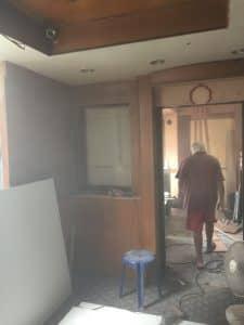 タニヤのアゲハビル4階の美容院の入り口付近の工事