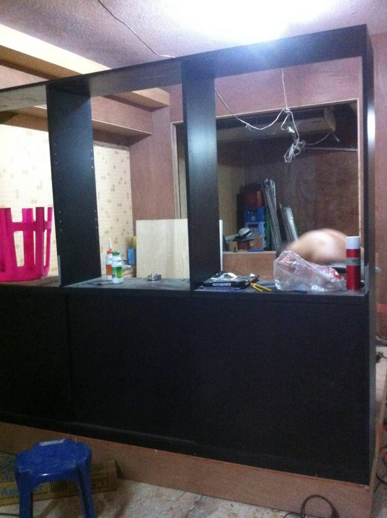 サロンのシャンプー台の前に設置予定の棚